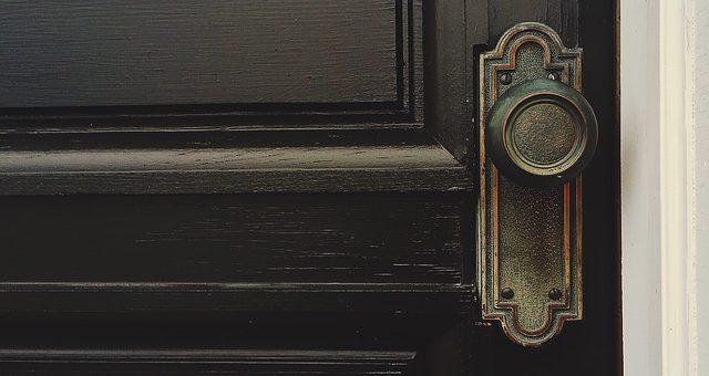 Odrestaurowanie drzwi za pomocą okleiny