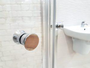 mocowania w kabinie prysznicowej
